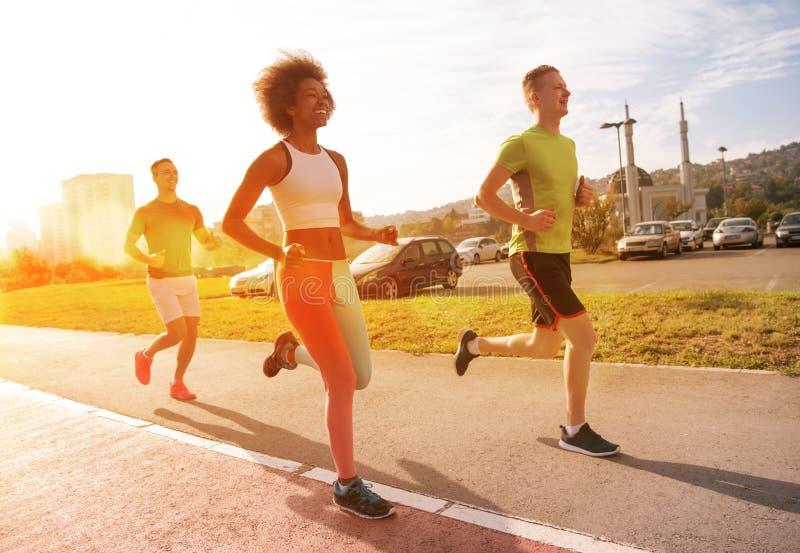 Многонациональная группа людей на jogging стоковые изображения rf