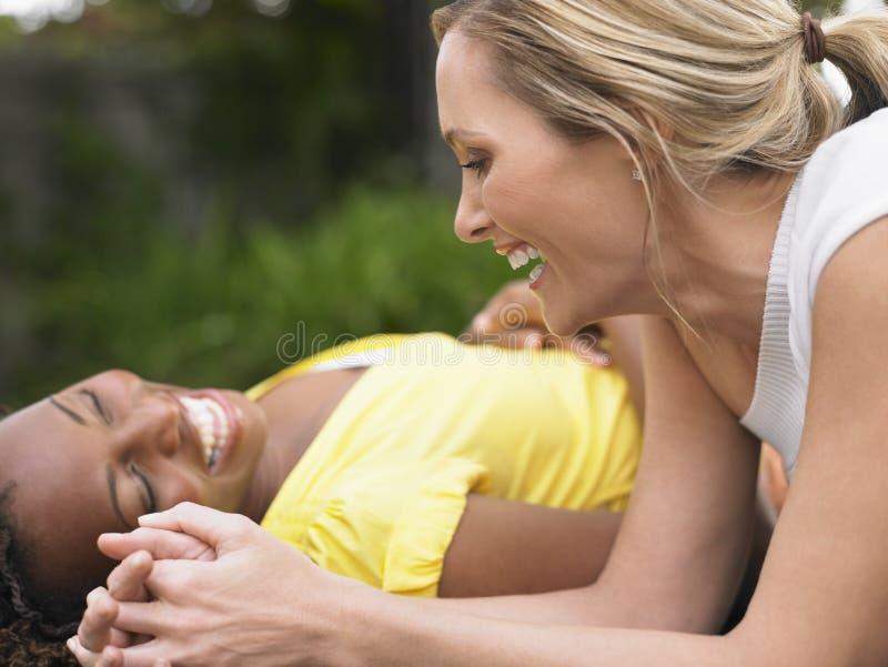 Многонациональные женщины смеясь над Outdoors стоковые изображения rf