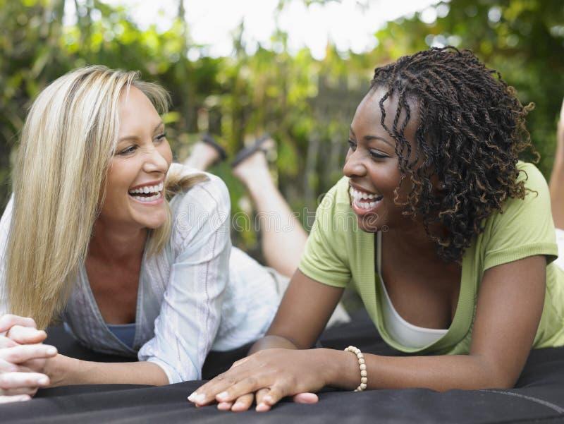 Многонациональные женщины смеясь над Outdoors стоковые изображения
