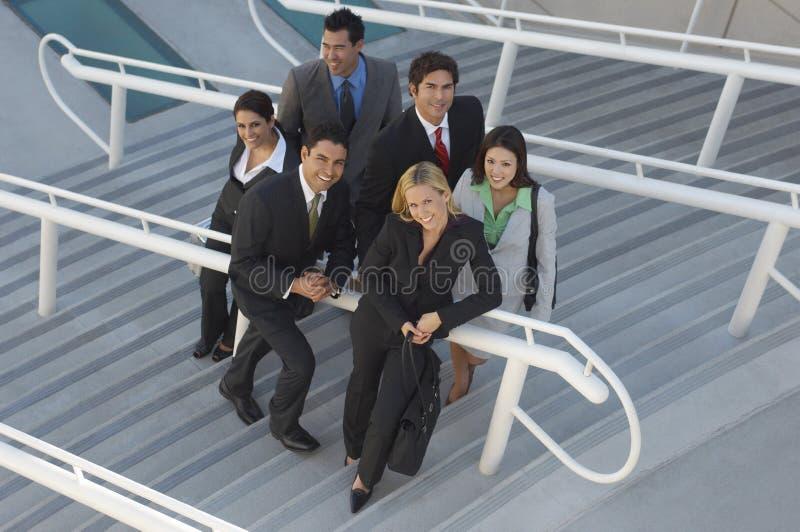 Многонациональные предприниматели на лестницах стоковое фото