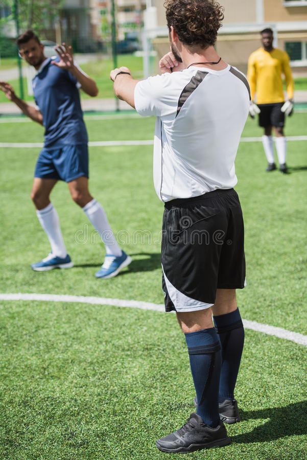 Многонациональные футболисты во время футбольного матча на тангаже стоковые фотографии rf