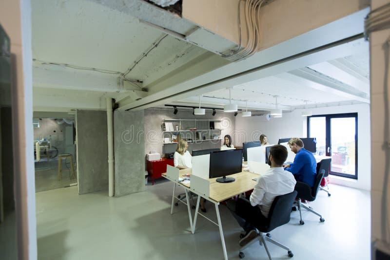 Многонациональные люди работая в офисе стоковая фотография rf