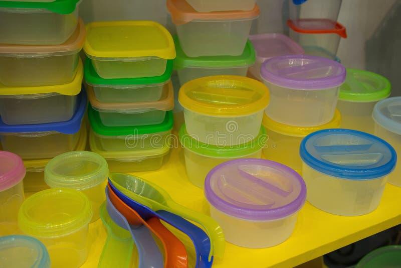 Многоразовый пластмасовый контейнер на счетчике стоковые фото