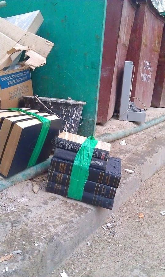 Многотомная книга 'Великая советская энциклопедия' находится в мусоре Книги связаны стоковые фотографии rf
