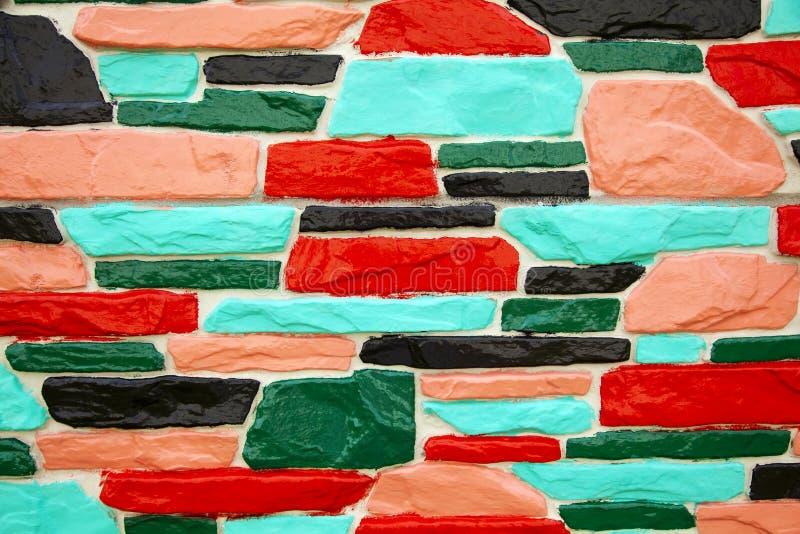 Многоцветная зеленая и красная кирпичная стена стоковая фотография rf