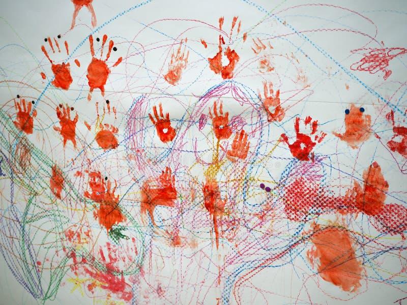 Многоцветные отпечатки рук на белом фоне красного, желтого, синего и кр стоковые фото