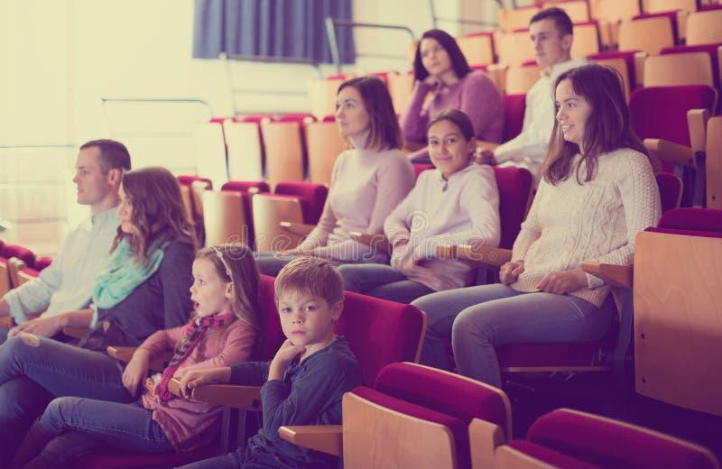 Многочисленная аудитория присутствуя на ночи кино стоковые изображения