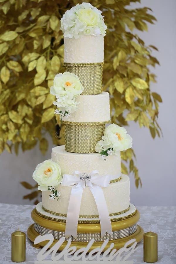Многошаговый свадебный пирог десерта стоковая фотография