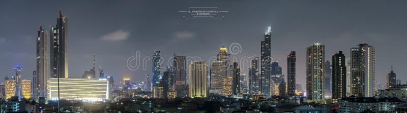 Многоэтажное здание в столице света ночи района офиса Таиланда Бангкока от здания стоковое изображение