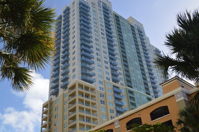 Многоэтажное здание в Miami Beach стоковые фотографии rf