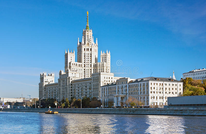 Многоэтажное здание на обваловке Kotelnicheskaya в Москве стоковые фото