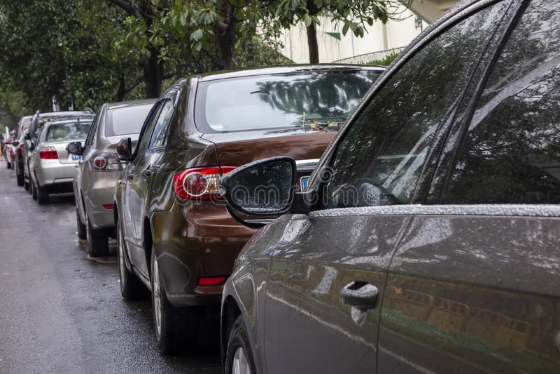 Много автомобилей вставленных в середине бесплатная иллюстрация