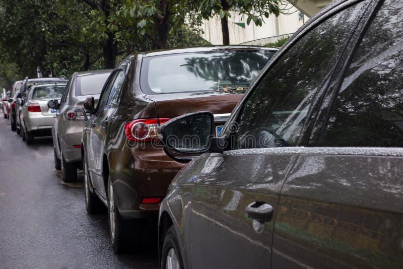 Много автомобилей вставленных в середине иллюстрация вектора