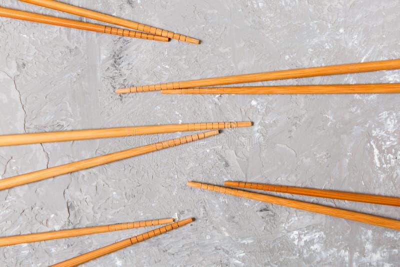 Много бамбуковых палочек на предпосылке черного цемента каменной, взгляде сверху с космосом экземпляра много суши вставляют в фор стоковое изображение rf