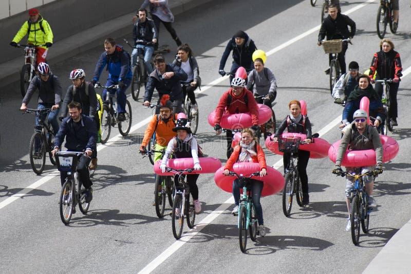 Много велосипедов езды людей в центре города Москвы стоковое фото