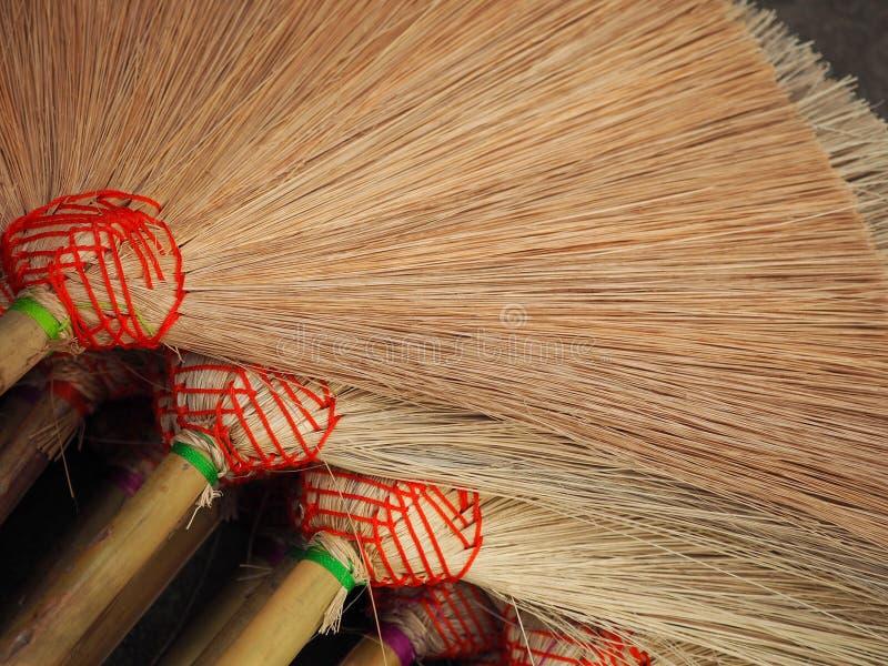 Много веников на поле для продажи Это handmade продукт От людей в тайской сельской местности стоковые изображения rf