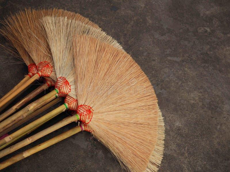 Много веников на поле для продажи Это handmade продукт От людей в тайской сельской местности стоковое изображение