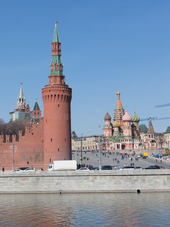Много граждане и туристов идут на спуск Vasilevsky стоковые изображения rf