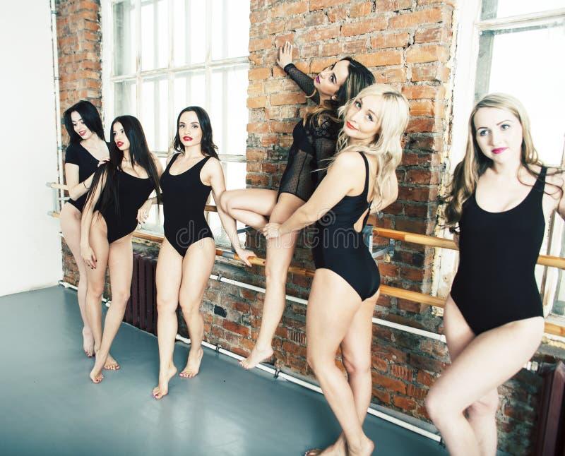Много девушек тренируя в балете студии, связывать длинных ног женщины сексуальный, нося сексуальный черный bodysuit, люди образа  стоковая фотография