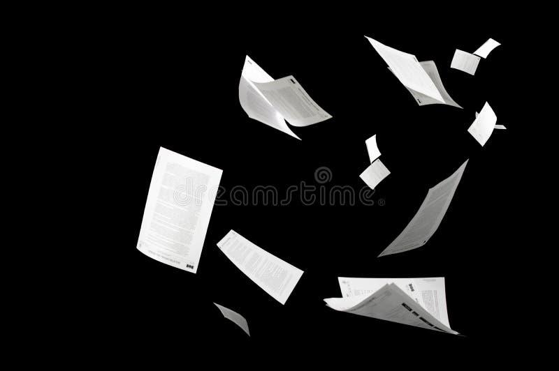 Много деловых документов летая изолированных на черной предпосылке стоковые изображения