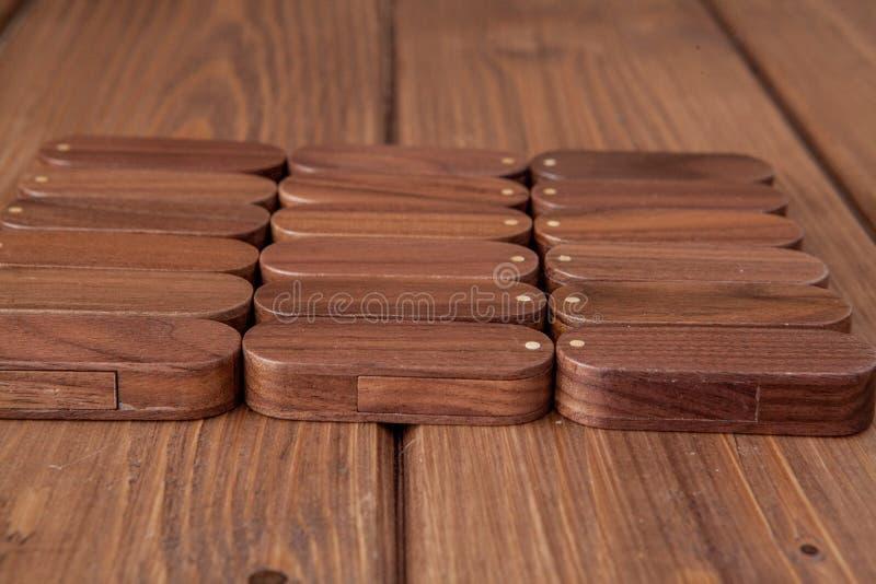 Много деревянный привод usb внезапный на деревянной предпосылке стоковое изображение rf