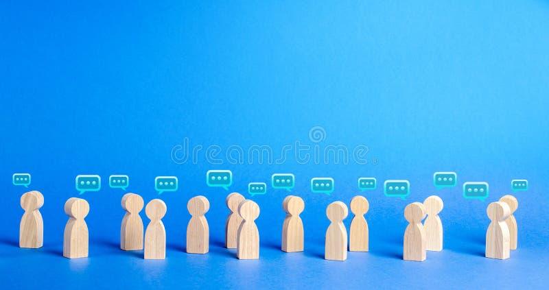 Много диаграммы людей и облаков комментария выше процесс обсуждения и комментария, поиск для свежих идей Самое лучшее думало стоковые фото