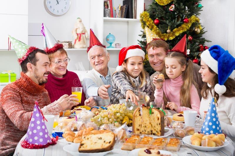Многодетная семья есть рождественский ужин стоковая фотография rf