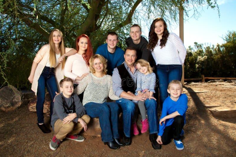Многодетная семья портрета стоковые фотографии rf