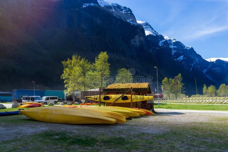 много желтых шлюпок каяка устанавливая на том основании в Gudvangen стоковые фотографии rf