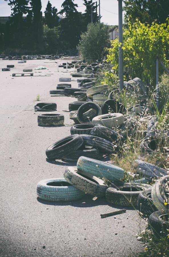 Много заброшенных шин в курортной зоне Родес, Греция стоковое фото rf