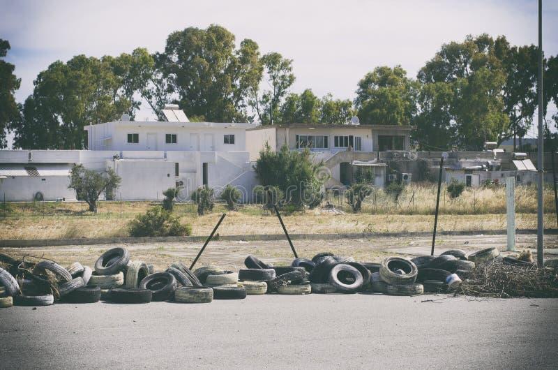 Много заброшенных шин в курортной зоне Родес, Греция стоковые фото
