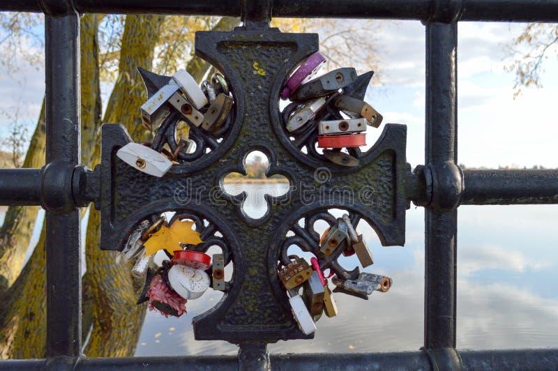 Много замки амбара висят прицепленный к перилам моста Традиция свадьбы для того чтобы повиснуть замки на мостах для вечной любов стоковое фото rf