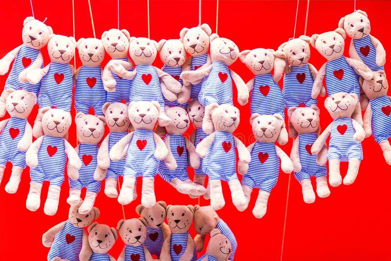 Много игрушек новичков проданы на праздник в большом супермаркете стоковая фотография rf