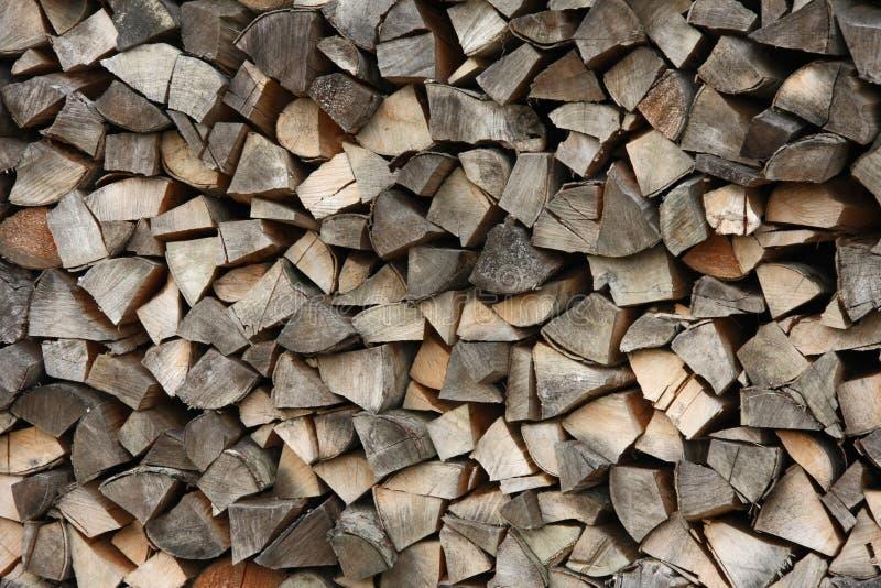 Много из разделенного швырка сложенного вверх в woodpile, сжатом тимберсе, outdoors стоковое фото rf