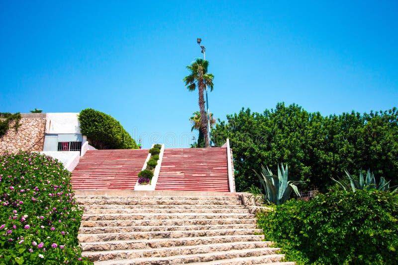 Много каменных шагов водят вверх Шаги построены красного и серого камня стоковое фото rf