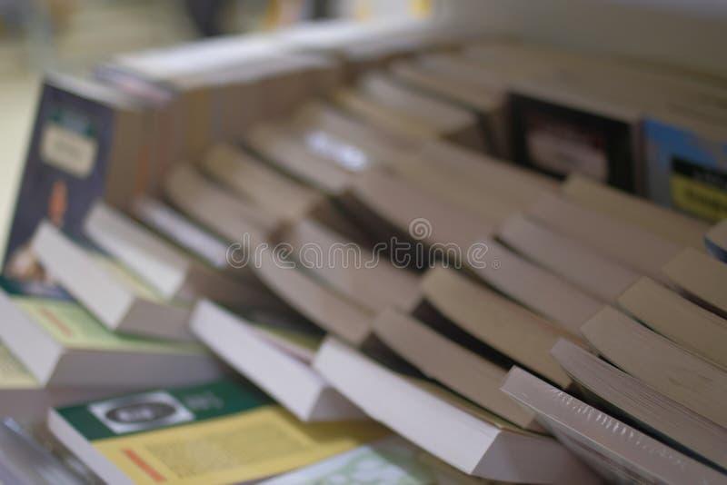 Много книг бестселлера мягкой крышки на полке в магазине стоковые изображения rf