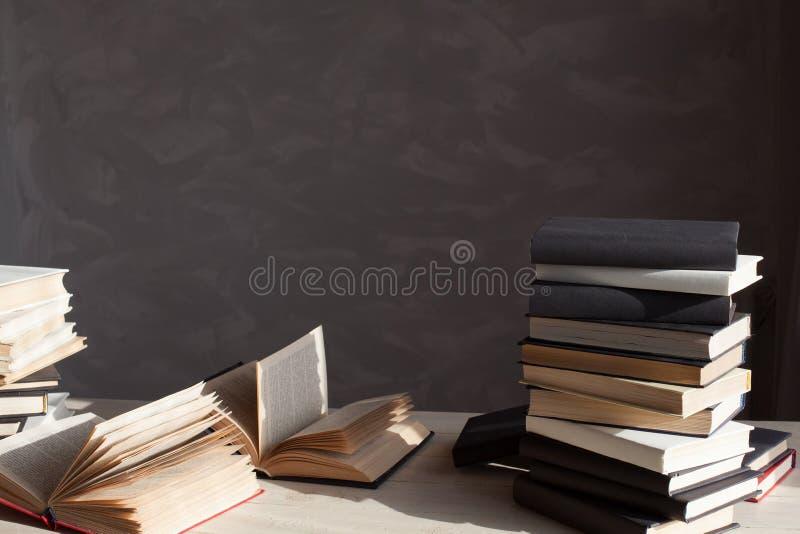 Много книг на таблице дома в библиотеке стоковое фото