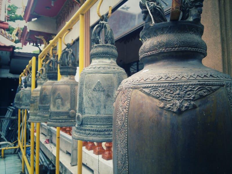 Много колоколов в тайских висках сделанных из металла или стали стоковые фото
