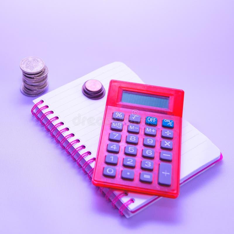 Много концепции бизнесмена, сбережений, вклада и финансов Миниатюрные люди стоят монетки строк, мягкий фокус и запачканный стиль стоковая фотография rf