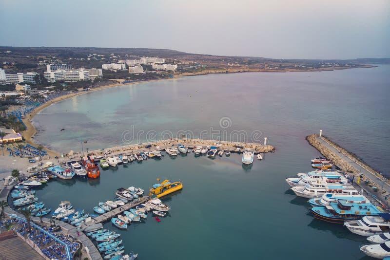 Много корабли в порте около берега Маленькие лодки припаркованные на пристани в выравниваясь свете Среднеземноморское побережье К стоковые фотографии rf
