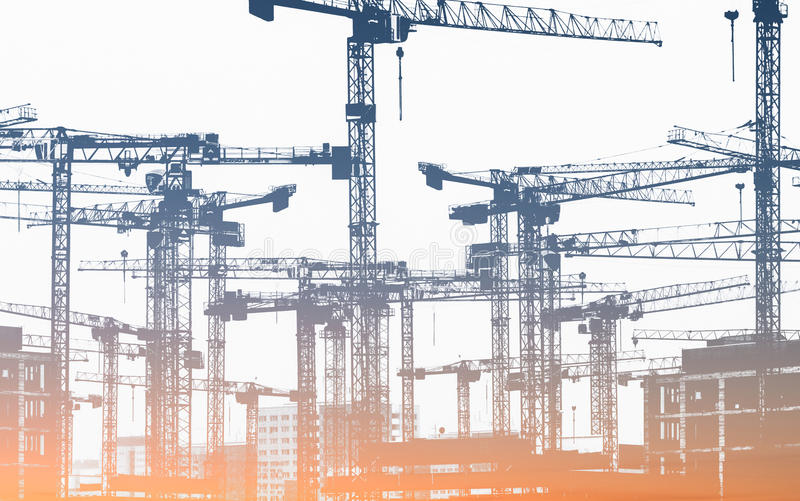 Много кранов конструкции - строительная площадка стоковое фото