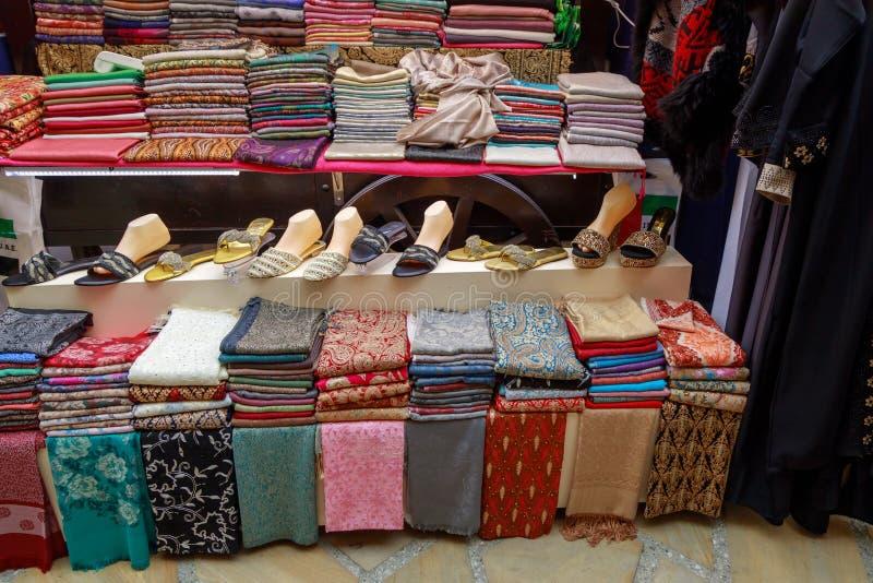 Много красивая handmade шаль pashmina на счетчике магазина стоковые изображения