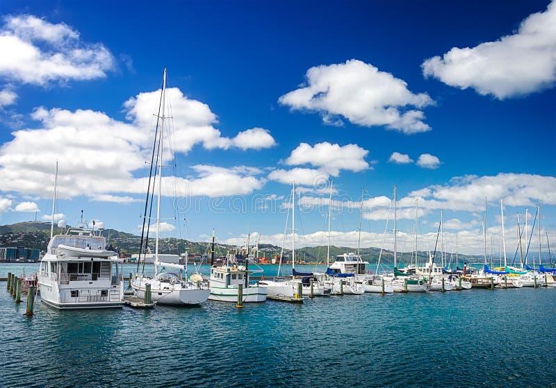 Много красивое причаленное ветрило плавать в морском порте стоковое изображение