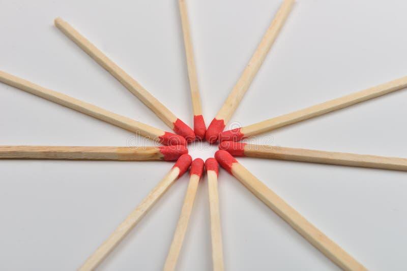 Много красных головных спичек помещенных в круге, голова к headon белому b стоковые фотографии rf