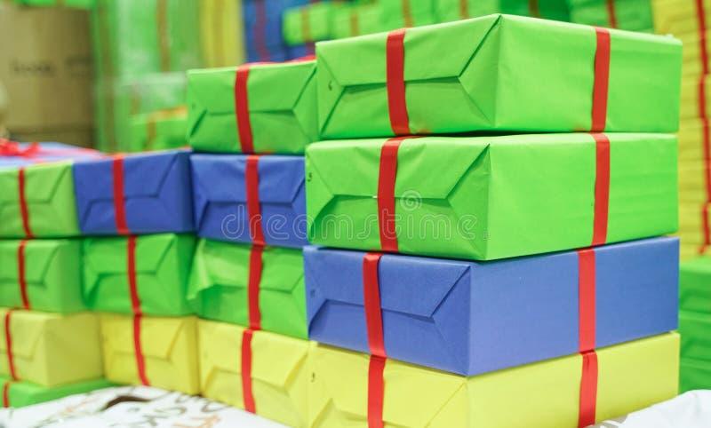Много красочные картонные коробки без ярлыков большие стога стоковые изображения rf