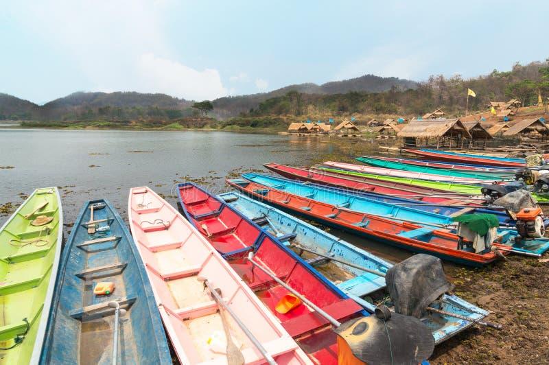 Много красочные шлюпок на резервуаре в Таиланде стоковое фото rf