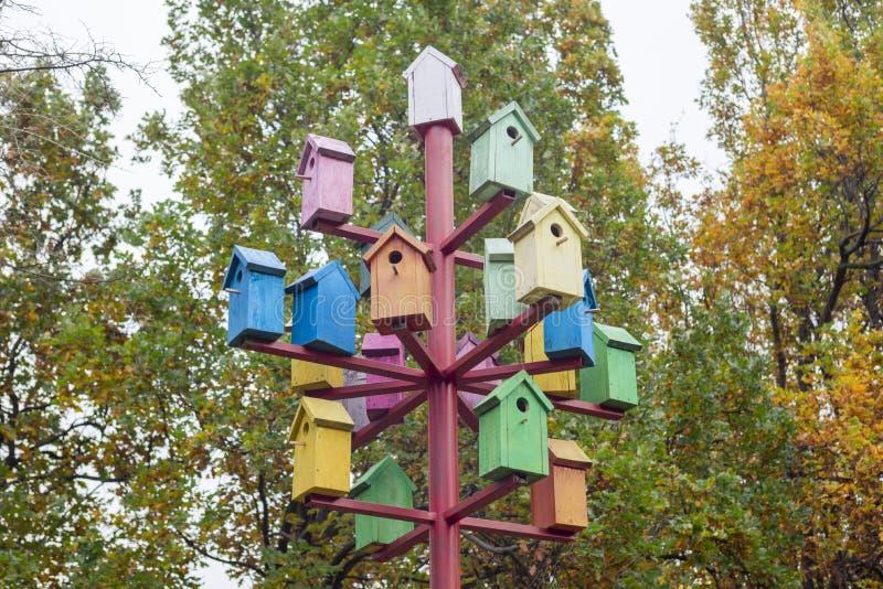 Много красочные birdhouses Красочные birdhouses в парке  Сезон вложенности стоковое фото rf
