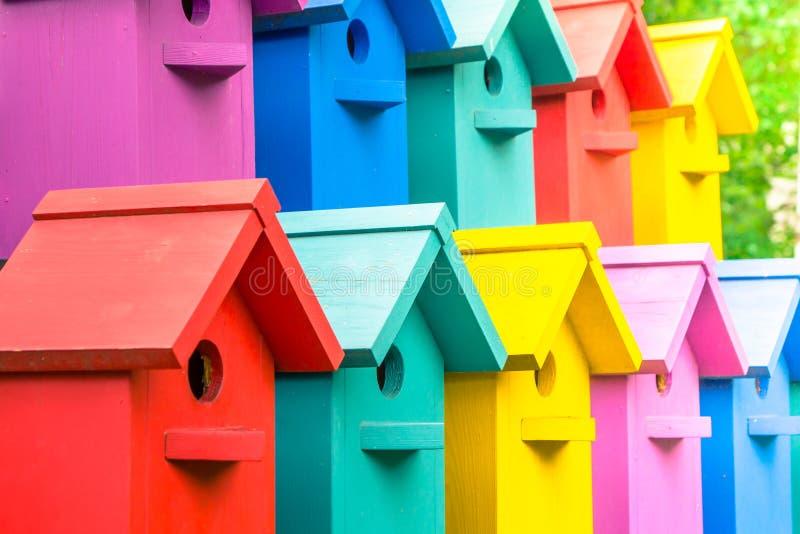 Много красочные birdhouses Дома для птиц стоковая фотография