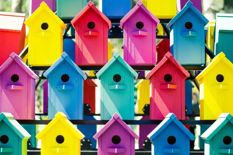 Много красочные birdhouses Концепция общежития, дружелюбного района, общего космоса стоковое фото