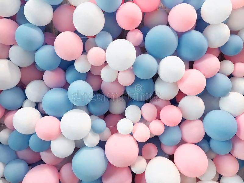 Много красочных воздушных шаров украсили предпосылку стены стоковое фото rf